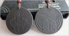 2 stk. Scalar Energy smykker inkl. kæde, quantum pendant card, flot box samt fragt, værdi kr. 998,-