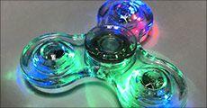 Gennemsigtig tri-spinner med lys fra 4mobil, værdi kr. 229,-