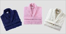 Morgenkåbe i 100% velourbomuld forhandlet af Bed & Bath Textile, vælg ml. 1-2 stk. samt flere farver og str. Normalpris op til kr. 1499,-