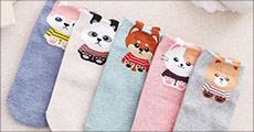 5 par lækre bomuldsstrømper med katte, leveres i assorterede farver. Værdi kr. 349,-